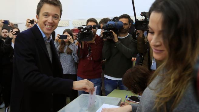 Íñigo Errejón, votando en Madrid.