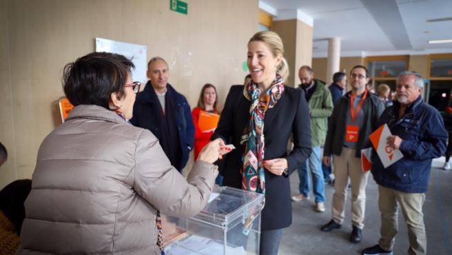 La cabeza de lista de Ciudadanos (Cs) al Congreso por la provincia de Valencia, María Muñoz, vota en el 10N