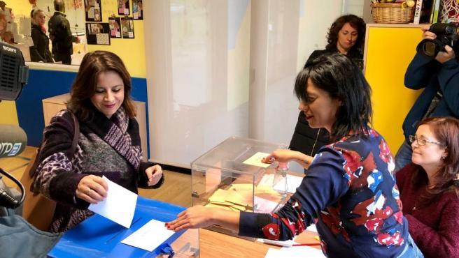 La cabeza de lista de los socialistas al Congreso por Asturias y vicesecretaria general del PSOE, Adriana Lastra, ejerce su derecho al voto en las elecciones generales