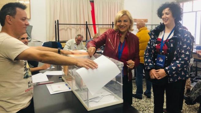 La cabeza de lista del PP al Senado, Violante Tomás, ejerciendo su derecho al voto
