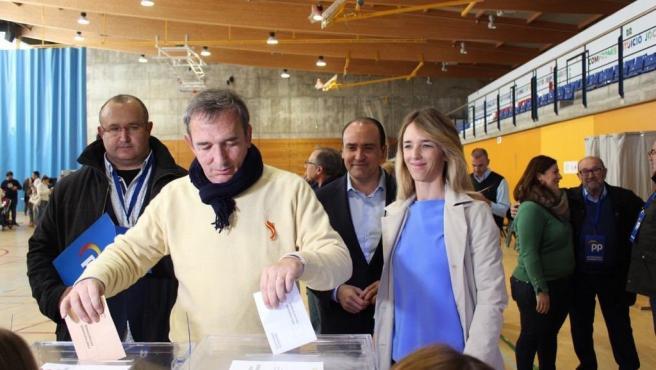La candidata del PP a las elecciones generales, Cayetana Álvarez de Toledo, acompaña a votar al secretario general del PP de Catalunya, Daniel Serrano, y al candidato del PP por Girona, Alberto Mas Vilà, en Calonge (Girona)