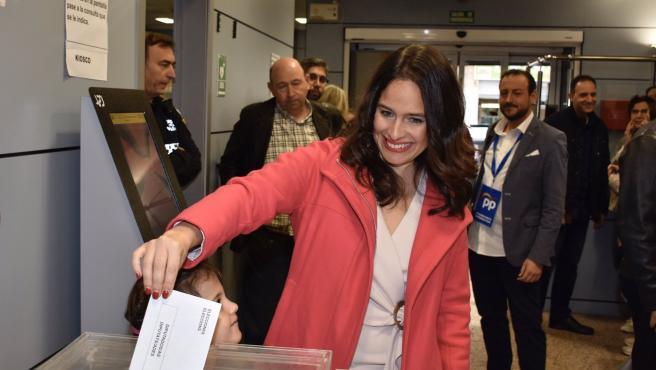 La candidata del PP al Congreso Belén Hoyo vota en las elecciones del 10N
