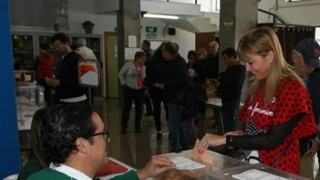 La candidata del PSOE al Congreso por Castellón Susana Ros vota en el 10N