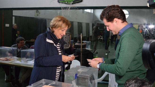 La delegada del Gobierno en Asturias, Delia Losa, ejerce su derecho al voto en las elecciones generales