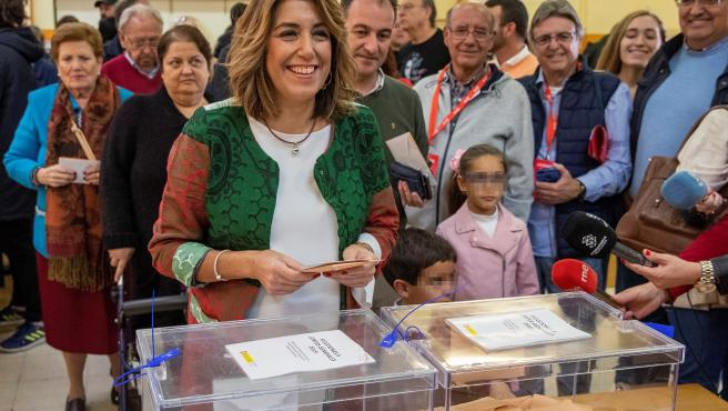 Susana Díaz, secretaria general del PSOE-A, en el momento de depositar su voto en un colegio de Triana.