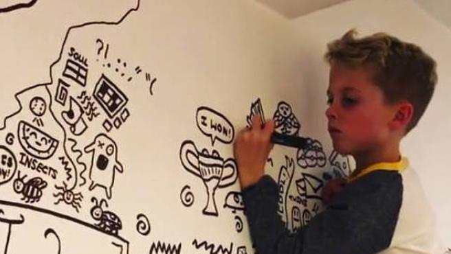 """Un niño de 9 años al que le llamaron la atención por estar dibujando en clase ha sido contratado por un restaurante para que adorne con sus caricaturas las paredes del local. Joe Whale, de Shrewsbury (Reino Unido), tiene vía libre para dibujar todo aquello que su imaginación le permita en los muros de un restaurante de la localidad. """"Estaba en la escuela frustrado por las pocas horas de dibujo, así que se dedicaba a garabatear en la pizarra y en la mesa en clase"""", explica su padre."""