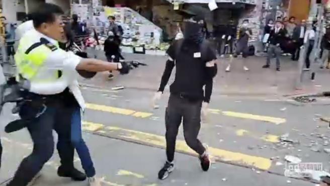 Un joven manifestante permanece en estado grave después de que un policía de tráfico de Hong Kong le disparase con su arma, confirmó a Efe la Autoridad Hospitalaria de la ciudad.