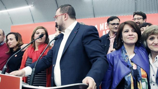 Adrián Barbón, junto a Adriana Lastra y Luisa Carcedo