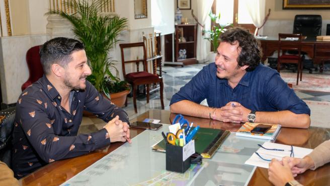 David Palomar, pregonero del Carnaval 2020, con el alcalde de Cádiz
