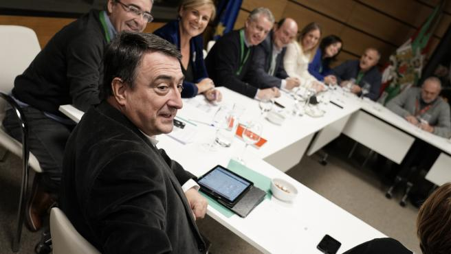 El cabeza de lista del PNV por Bizkaia, Aitor Esteban, con el presidente del EBB, Andoni Ortuzar, y el Lehendakari, Iñigo Urkullu, durante el segumiento de los resultados de las elecciones generales en la sede de Sabin Etxea, en Bilbao