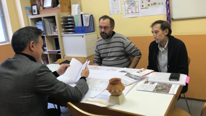 El consejero municipal de Urbanismo y Equipamientos del Ayuntamiento de Zaragoza, Víctor Serrano, explica la prolongación de Tenor Fleta a los vecinos de San José