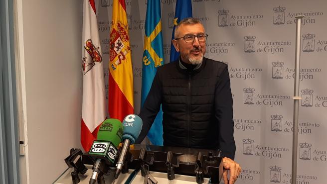 El portavoz de Ciudadanos en el Ayuntamiento de Gijón, José Carlos Fernández Sarasola, en rueda de prensa