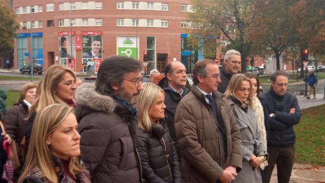 El presidente del PP vasco, Alfonso Alonso, en un acto de homaje a víctimas del terrorismo en Vitoria, junto a otros dirigentes de su partido