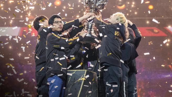 El conjunto chino FunPlus Phoenix se llevó a casa la Copa del Invocador.