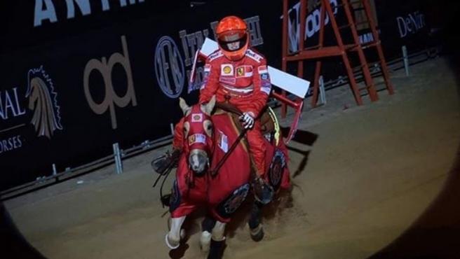 Gina Maria Schumacher sale disfrazada de su padre en una competición.