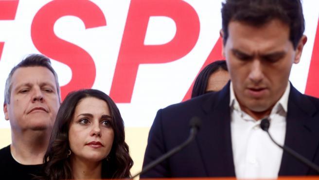Inés Arrimadas en segundo plano, durante la noche electoral del 10-N.