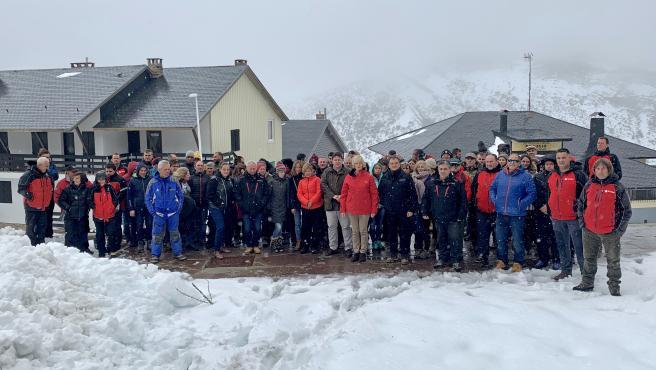 La consejera de Educación, Formación Profesional y Turismo, Marina Lombó, asiste al inicio de los cursos de formación del personal de la estación de esquí