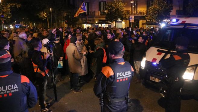 Cordón de los Mossos ante una concentración en la delegación del Gobierno en Barcelona en apoyo al corte de la frontera en La Jonquera.