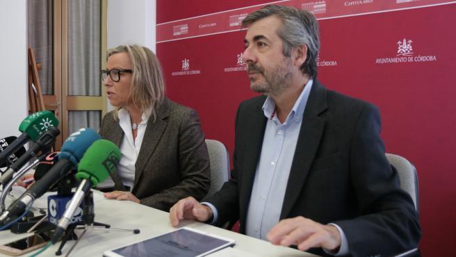 Miguel Ángel Torrico con Isabel Albás.