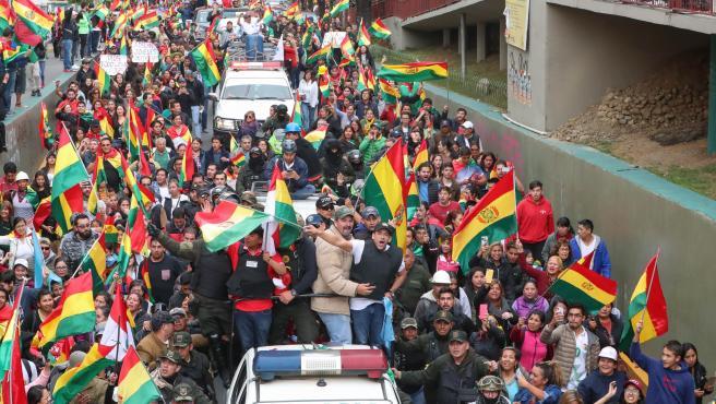 Ciudadanos bolivianos celebran la renuncia de Evo Morales.