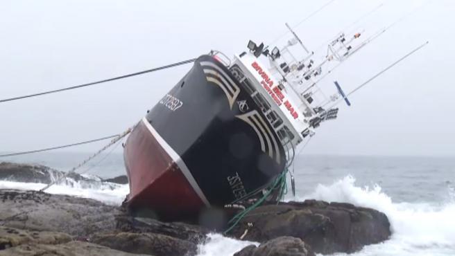 El 'Divina del Mar' faenaba frente a la costa de Porto do Son el A Coruña, cuando sufrió una avería de madrugada en el motor. El barco quedó a merced de las olas y lo empujó contra las rocas de la costa. Su tripulación trató de ponerse a salvo saltando del pesquero. En mitad de la noche cerrada y completamente a oscuras uno de esos marineros tuvo la mala fortuna de golpearse contra una roca. El fallecido es un pescador de 48 años con mucha experiencia en la mar. Sus ocho compañeros lograron llegar a tierra sanos. El cadáver del marinero fue recuperado a 50 metros del barco. Ahora las labores de centran en poder devolver el navío al mar.