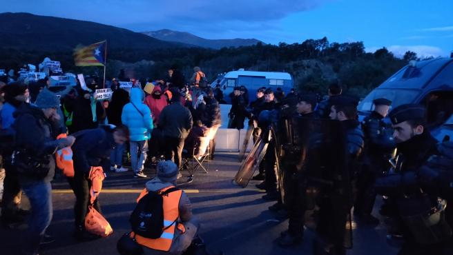 Amanece en el corte de la AP-7 en la frontera francesa de Tsunami Democràtic