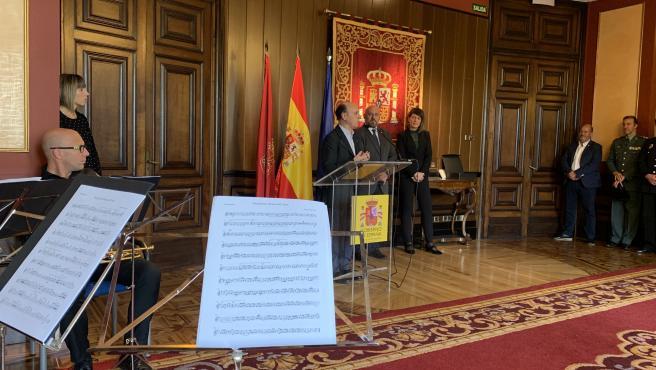 Arasti recibe a los responsables de La Pamplonesa, con motivo de su centenario