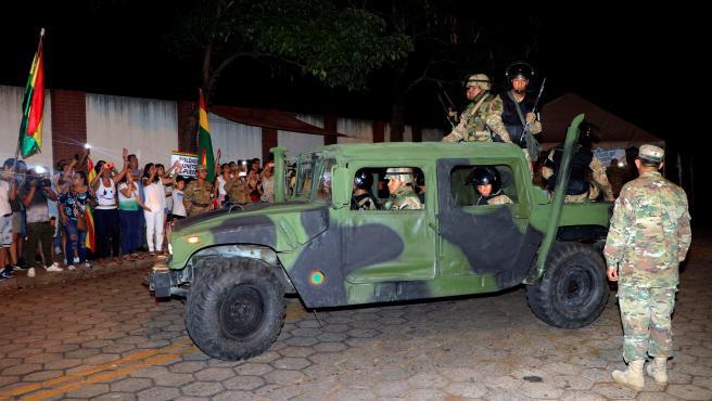 Militares y policías patrullan en las calles de Santa Cruz (Bolivia).