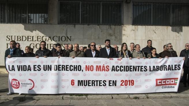 Concentración de CCOO y UGT ante la Subdelegación del Gobierno en Córdoba.