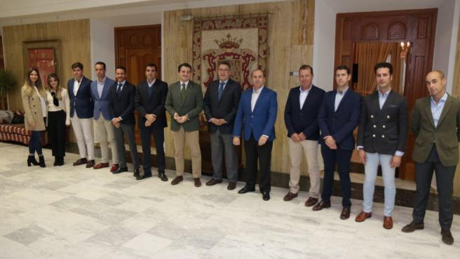 El alcalde recibe al equipo de Córdoba Ecuestre.