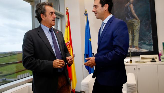 El consejero, Francisco Martín, y el alcalde de Val de San Vicente, Roberto Escobedo