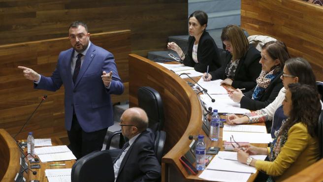 El presidente Adrián Barbón interviene en el Parlamento asturiano.