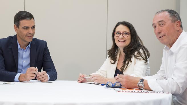 El secretario general del PSOE y presidente del Gobierno en funciones, Pedro Sánchez, la vicepresidenta de la Generalitat valenciana y coportavoz de Compromís, Monica Oltra, y el diputado de Compromís en el Congreso, Joan Baldoví, se reúnen en Valencia.