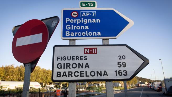 Indicación de la AP-7 en dirección Perpignan, Girona y Barcelona y de la N-II en dirección Figueres, Girona y Barcelona