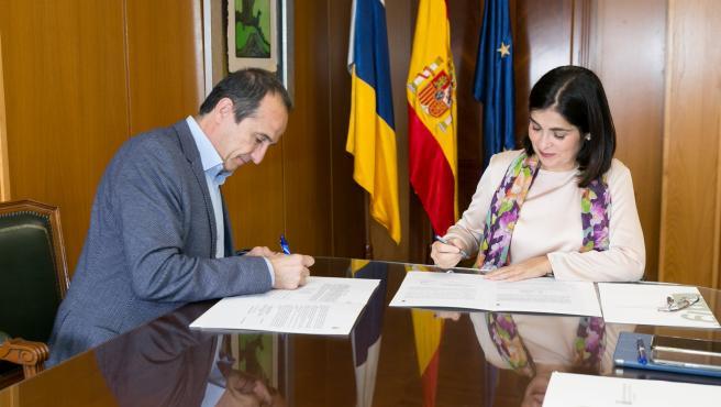 La consejera por suplencia de Obras Públicas, Transportes y Vivienda del Gobierno de Canarias, Carolina Darias, firma la ejecución del cierre del Anillo Insular