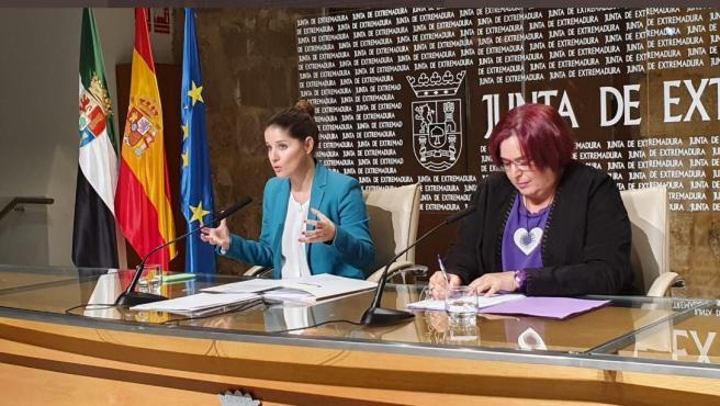 La portavoz de la Junta y consejera de Igualdad, Isabel Gil Rosiña, y la consejera de Agricultura, Begoña García Bernal