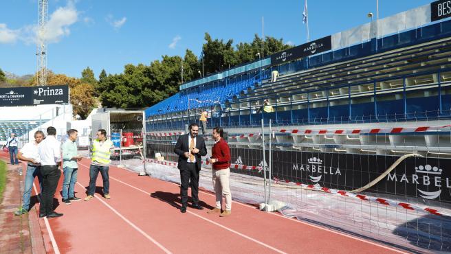 Los concejales de Obras y de Deportes de Marbella (Málaga), Diego López y Manuel Cardeña, vistan obras en el estadio