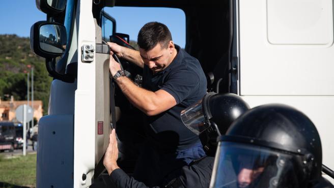 Los Mossos detienen a un camionero tras acelerar con su vehículo ante manifestantes que cortan la N-II, en La Jonquera /Girona /Catalunya (España), a 12 de noviembre de 2019.