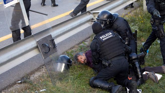 El 'vuelo viral' de un manifestante sobre un mosso que acaba con su detención... y con las bromas en las redes