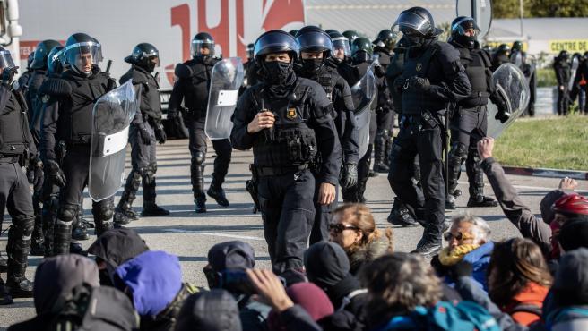 Manifestantes de Tsunami Democràtic cortan la N-II en La Jonquera y Mossos les instan a abandonar la vía