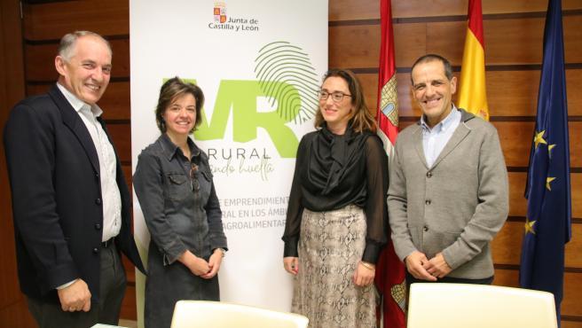 María González junto al presidente de Urcacyl y otros miembros de la Unión de Cooperativas.