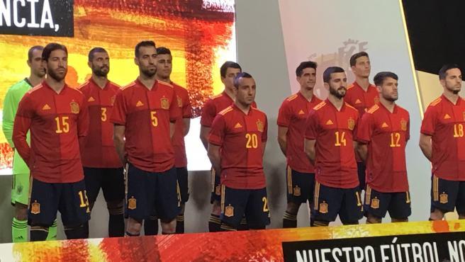 Los jugadores de la Selección posan con la nueva camiseta.