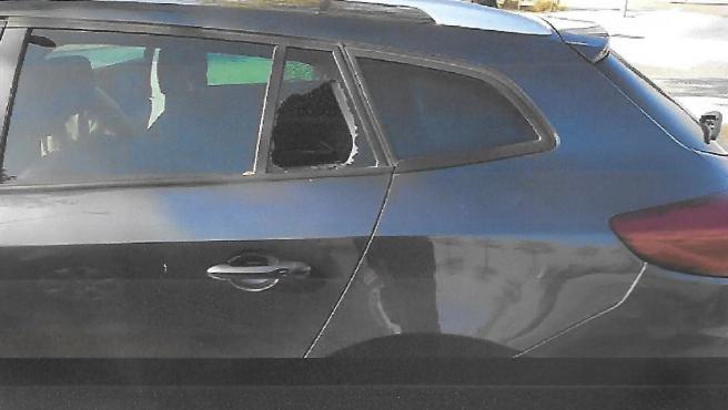 Un coche con la ventanilla rota en Valdebebas tras un robo.