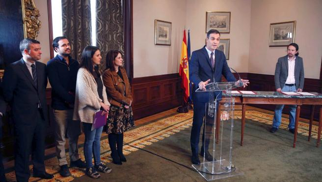Asisten a la firma del acuerdo, de izq a dcha, Iván Redondo, Alberto Garzón, Irene Montero y Adriana Lastra.