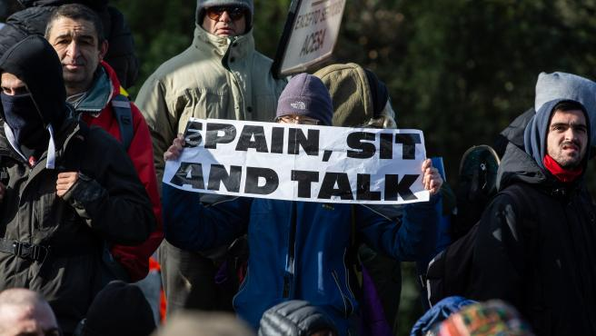 Uno de los concentrados que han cortado la carretera de la N-II, en una acción convocada por Tsunami Democràtic, muestra una pancarta en la que se lee ' Spain, sit and talk' (España, sientate y habla), en La Jonquera /Girona /Catalunya (España).