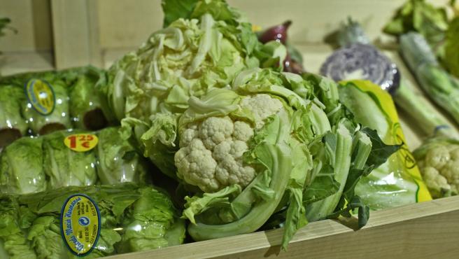Verduras variadas: lechuga, coliflor y lombarda en un mercado.