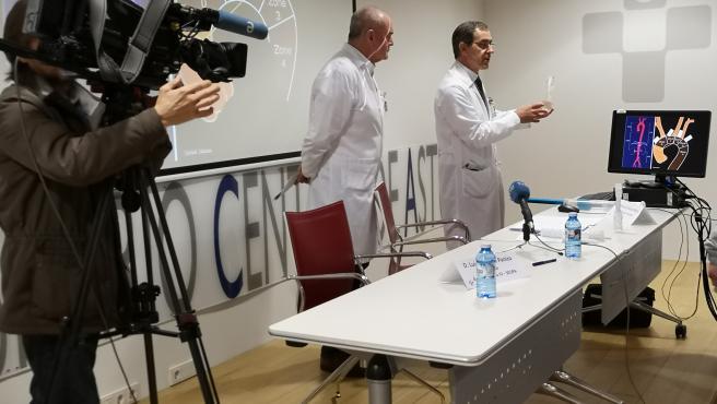 El presidente del comité organizador del IV Congreso de Cirugía Endovascular, el Dr. Manuel Alonso, jefe del Servicio de Cirugía Vascular del HUCA (derecha), y el gerente del HUCA, el Dr. Luis Hevia en Oviedo.