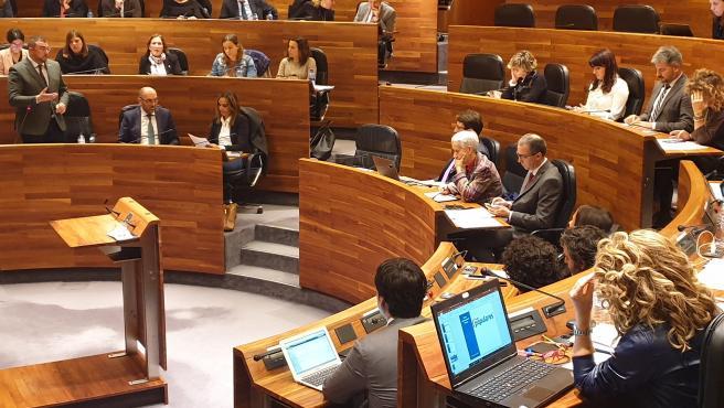 El presidente del Principado, Adrián Barbón, responde a los grupos en sesión parlamentaria