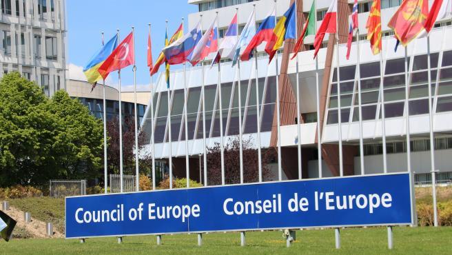 Cartel del Consejo de Europa con las banderas de los estados miembro de fondo.