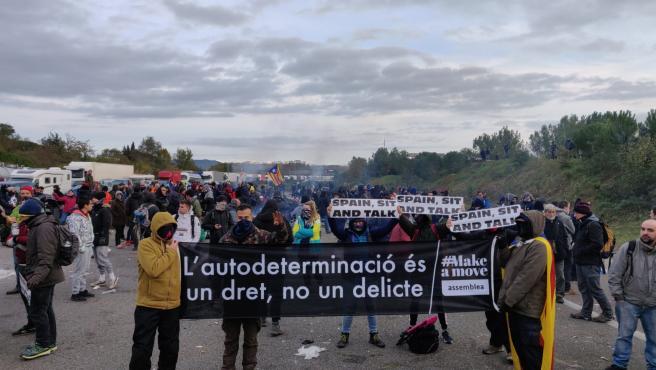 Manifestantes de Tsunami Democràtic en la AP-7 en Girona